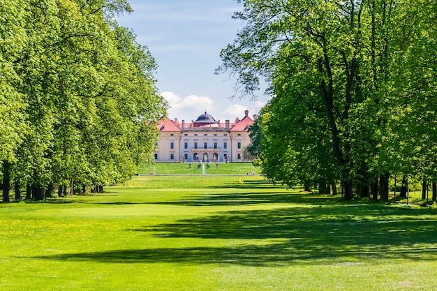 Edifício histórico no parque slavkov u brna, república tcheca