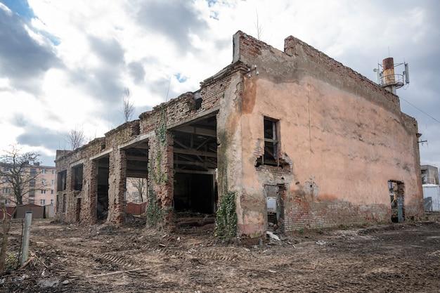 Edifício industrial de tijolo vermelho abandonado, oficina em ruínas