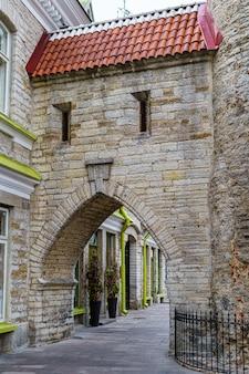 Edifício medieval com porta em arco e janelas estreitas.