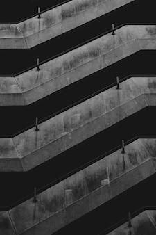 Edifício mínimo em preto e branco