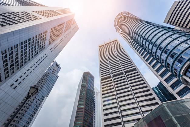 Edifício moderno abstrato da arquitetura no céu azul com fundo da luz solar.