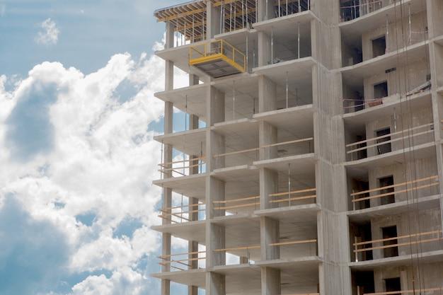 Edifício moderno com detalhes de construção, estrutura de concreto, aberturas indow e andaimes
