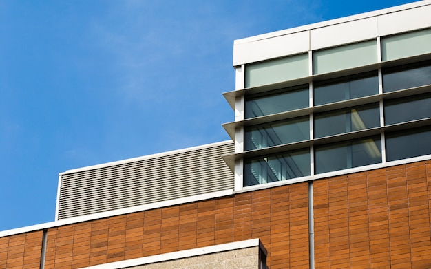 Edifício moderno com janelas fechadas