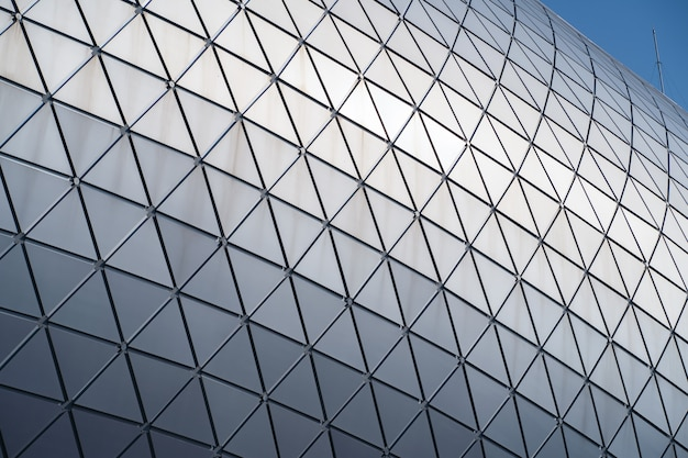 Edifício moderno com telhado curvo e coluna de aço de vidro