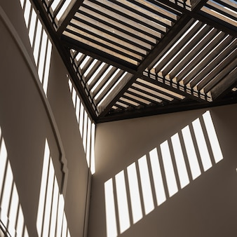 Edifício moderno de estilo oriental com paredes bege e sombras da luz do sol nas paredes