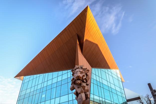 Edifício moderno de vidro em gdansk, polónia
