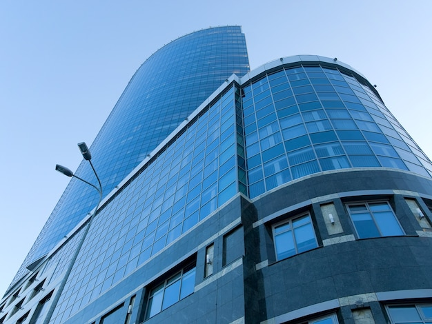Edifício moderno e alto de vidro e concreto