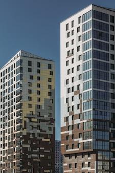 Edifício moderno e colorido na cidade.