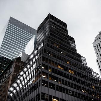 Edifício moderno em ângulo baixo de área urbana