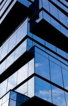 Edifício moderno em uma fachada de vidro