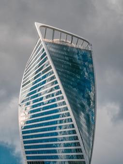 Edifício moderno feito de vidro e concreto