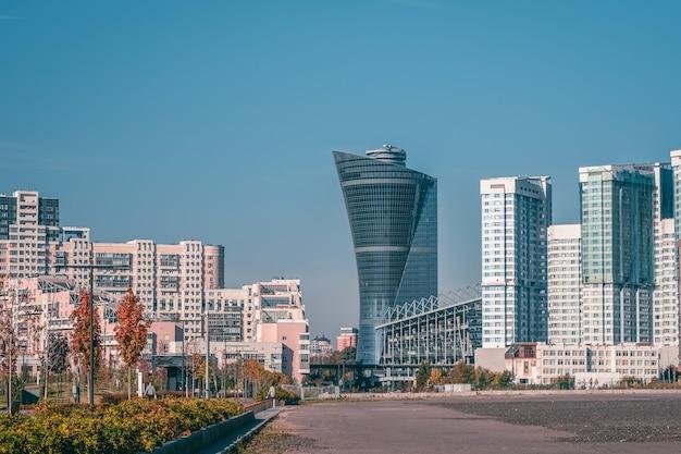 Edifício moderno original de vários andares no norte de moscou. arquitetura residencial moderna de arranha-céus.
