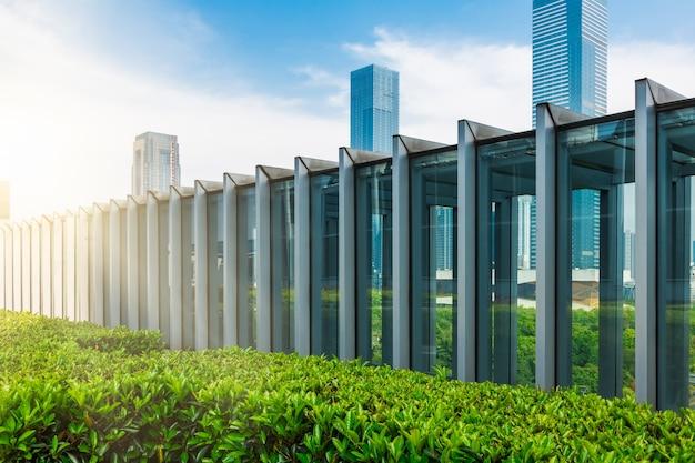 Edifício moderno reflete a natureza
