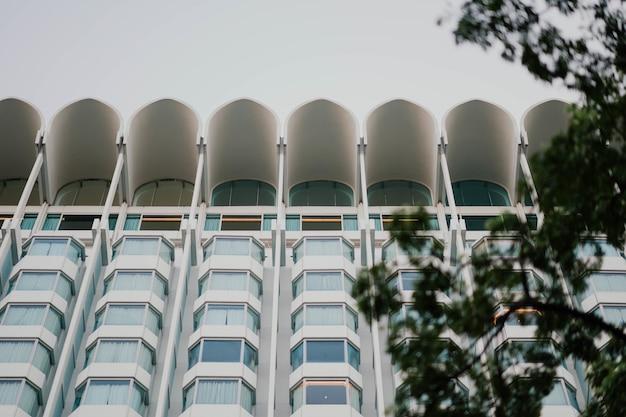 Edifício moderno visto de baixo