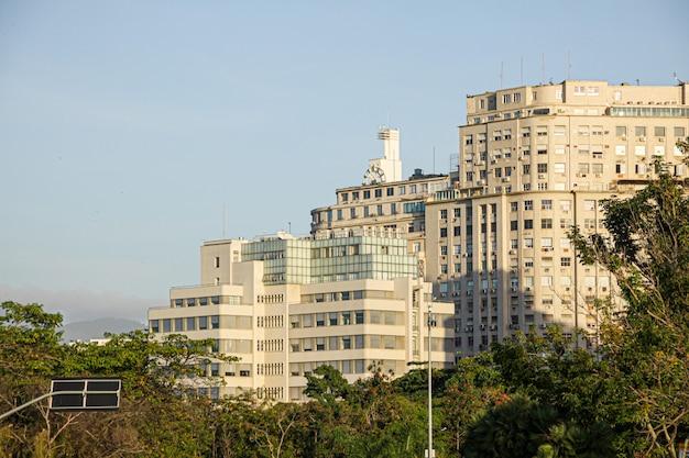 Edifício no centro do rio de janeiro durante a manhã com um céu azul.