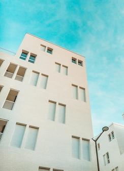 Edifício pintado de branco e céu azul