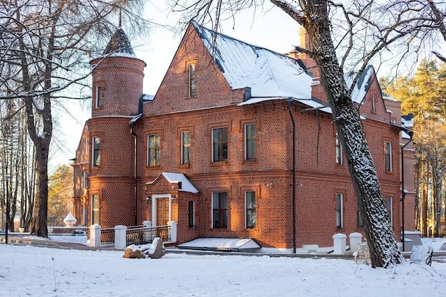 Edifício principal da propriedade rural de sherbatov manor do castelo inglês de vasilievsky. fechar-se. foco seletivo. copie o espaço