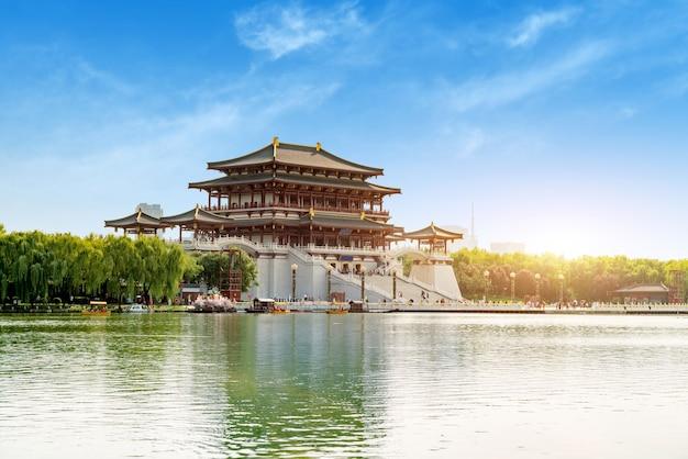 Edifício principal da torre ziyun do jardim datang furong, em xi'an, china.