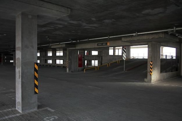 Edifício recém-construído com garagem de vários níveis. estacionamento sem carros.