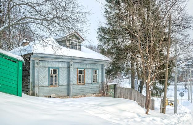 Edifício residencial de madeira na encosta de uma montanha em plyos, à luz de um dia de inverno sob um céu azul