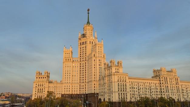 Edifício residencial em kotelnicheskaya embankment, um dos sete arranha-céus stalinistas em moscou.