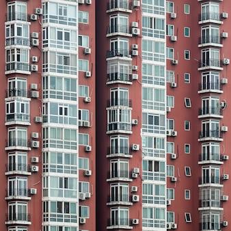 Edifício residencial moderno com paredes vermelhas