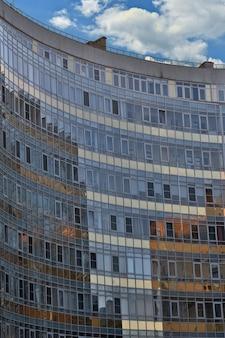 Edifício semicircular com janelas espelhadas