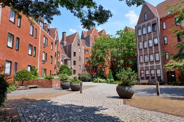 Edifícios acolhedores na zona residencial de bruxelas