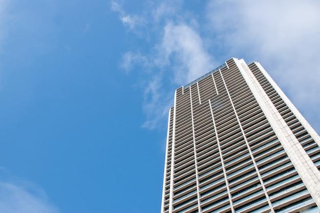 Edifícios altos com céu azul.