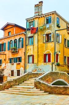 Edifícios antigos e uma pequena ponte sobre o canal em veneza, itália