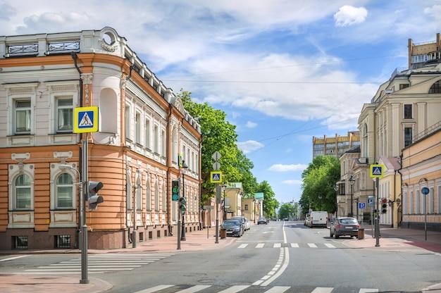Edifícios antigos na rua bolshaya nikitskaya em moscou em um dia ensolarado de verão