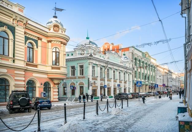 Edifícios antigos na rua rozhdestvenskaya em nizhny novgorod