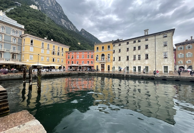 Edifícios antigos no porto do lago riva del garda, na itália