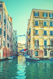 Edifícios antigos pelos canais laterais em veneza, itália. imagem em tons de estilo vintage nas redes sociais