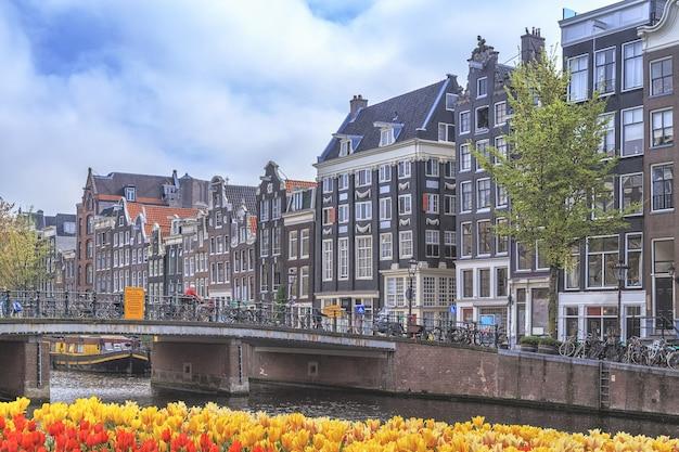 Edifícios antigos tradicionais em amsterdã, holanda.
