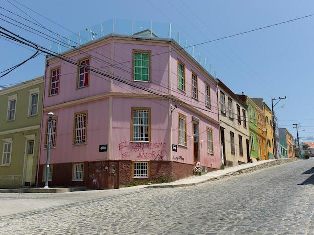 Edifícios ao longo de uma rua de paralelepípedos, valparaíso, chile