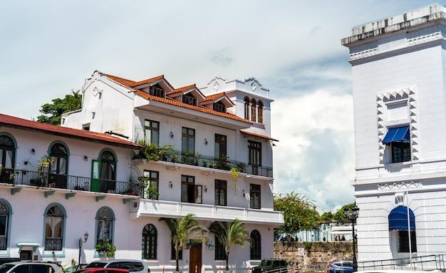 Edifícios coloniais espanhóis tradicionais em casco viejo, o distrito histórico da cidade do panamá na américa central