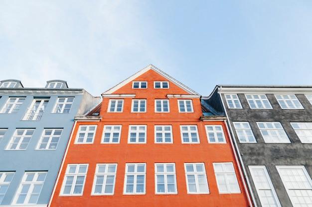 Edifícios coloridos com janelas brancas