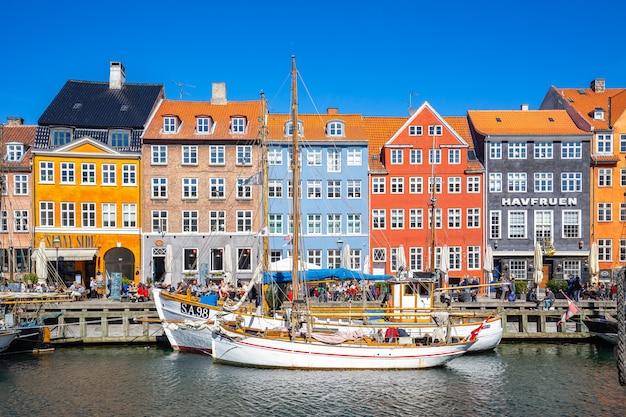 Edifícios coloridos de nyhavn na cidade de copenhaga, dinamarca