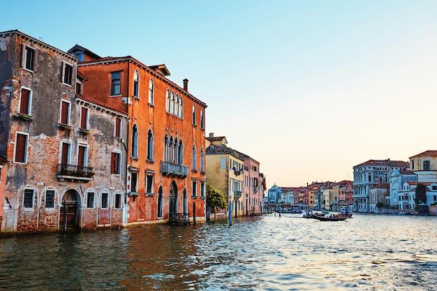 Edifícios coloridos na água na cidade de veneza