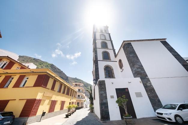 Edifícios coloridos nas ruas de garachico, tenerife, ilhas canárias, espanha,