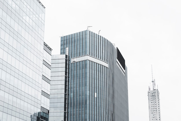 Edifícios, com, céu branco, cloudscape