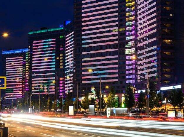 Edifícios com iluminação ao vivo multicolorida na rua new arbat à noite em moscou, rússia