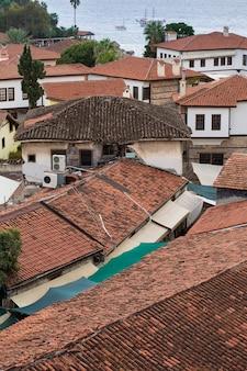 Edifícios com telhados vermelhos