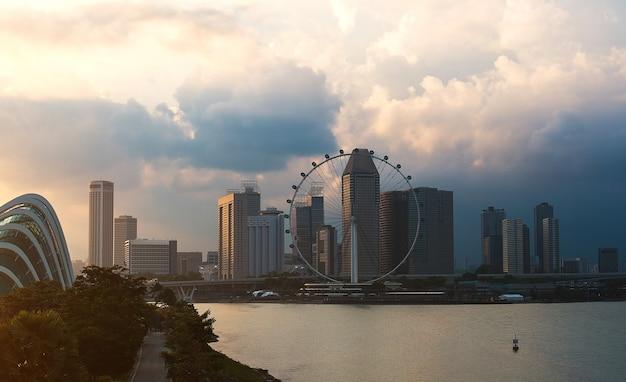 Edifícios comerciais na cidade com nuvens Foto Premium