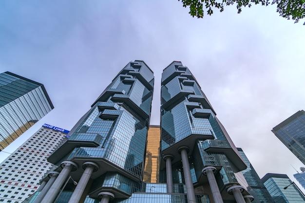 Edifícios corporativos modernos na cidade de hong kong do distrito financeiro.