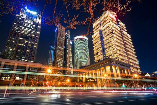 Edifícios da cidade de shanghai à noite e luzes do carro turva