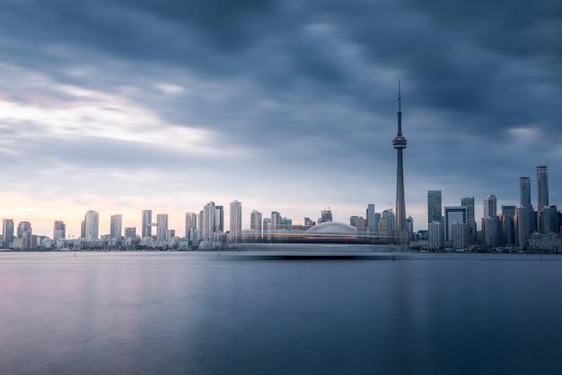 Edifícios da cidade de toronto e skyline, canadá
