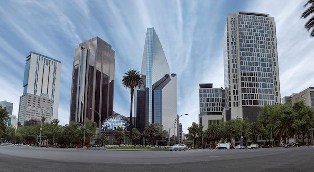Edifícios da cidade do méxico na avenida reforma estando na glorieta de la palma