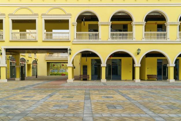 Edifícios da cidade europeia e praça no centro comercial